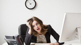 Dans les 26 pays européens étudiés, les femmes seraient en droit d'attendre, en moyenne, des salaires de 0,9% plus importants que ceux des hommes. Or, ils sont inférieurs de 18,9%. (JESSICA PETERSON / TETRA IMAGES RF / GETTY IMAGES)