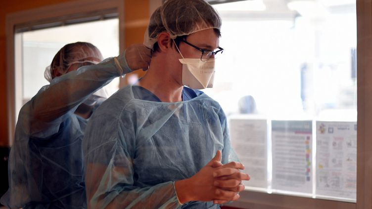 Le personnel médical s'équipe pour se protèger contre le coronavirus au CHRU de Nancy, le 19 mars 2020 (photo d'illustration). (ALEXANDRE MARCHI / MAXPPP)