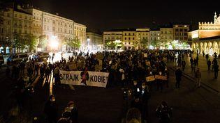 Une marche pour protester contre les lois plus strictes sur l'avortement en Pologne, organisée par Strajk Kobiet (Les femmes en grève) le 1er novembre 2020. Photo d'illustration. (KAMILA STEPIEN / LE PICTORIUM / MAXPPP)