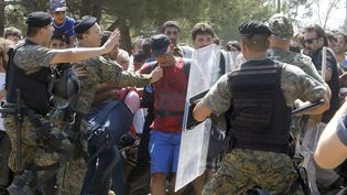 Certains affrontements entre migrants et forces de l'ordre arrivent comme en Macédoine le 24 août 2015. La police essaie d'arrêter un groupe de migrants qui tentent d'atteindre la gare de Gevgelija, une étape vers l'entrée en Union européenne. (BORIS GRDANOSKI/AP/SIPA)