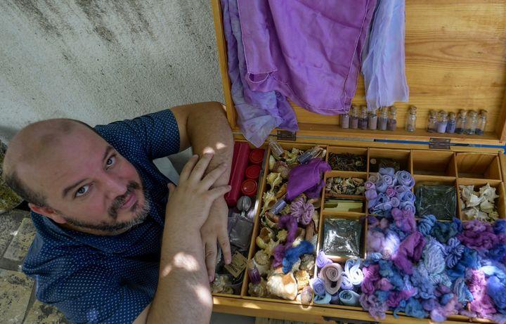 Mohamed Ghassen Nouira a mis des années avant de maîtriser la fabrication de pourpre à partir de murex. (FETHI BELAID / AFP)