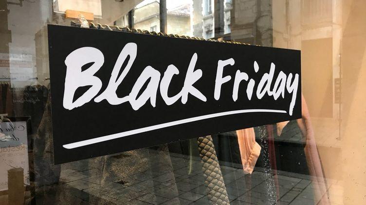 "Vitrine présentant le ""Black Friday"" (illustration). (NOÉMIE PHILIPPOT / FRANCE-BLEU PÉRIGORD / RADIO FRANCE)"
