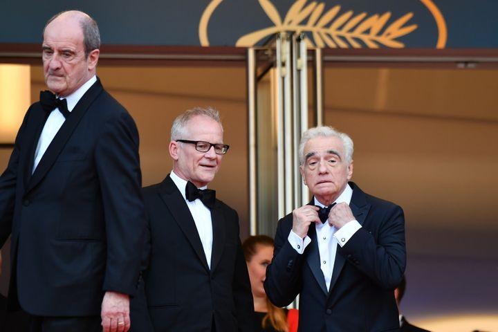 """Le futur récompensé du """"Carosse d'Or"""" Martin Scorsese ajuste son noeud papillon pour la première montée des marches 2018 en compagnie de Pierre Lescure et Thierry Frémaux."""