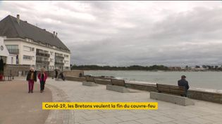 Certains élus bretons réclament un allégement des restrictions sanitaires et la fin du couvre-feu à 18 heures. Le taux d'incidence de la région est deux fois moins élevé que la moyenne nationale. (FRANCEINFO)