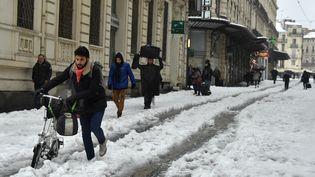 Des habitants de Montpellier (Hérault) affrontent les chutes de neige jeudi 1er mars 2018. (PASCAL GUYOT / AFP)