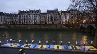 """Des militants contre le changement climatique participent à un happening, le 14 janvier 2021, avant une audience au tribunal administratif de Paris dans """"L'Affaire du siècle"""". (THOMAS SAMSON / AFP)"""