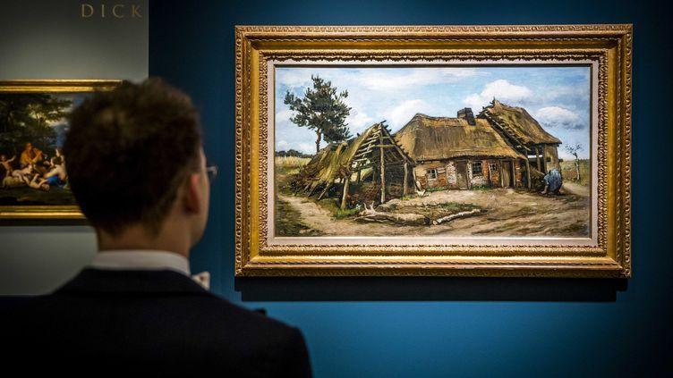 """Un visiteur devant le tableau de Vincent van Gogh, """"Paysanne devant une chaumière"""", à la plus grande foire d'antiquité au monde, la Tefaf de Maastricht aux Pays-Bas, ouverte jusqu'au 15 mars 2020. (EPA)"""