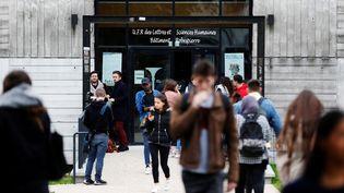 Des étudiants devant la faculté de Lettres et Sciences Humaines, à l'université de Mont-Saint-Aignan. (CHARLY TRIBALLEAU / AFP)
