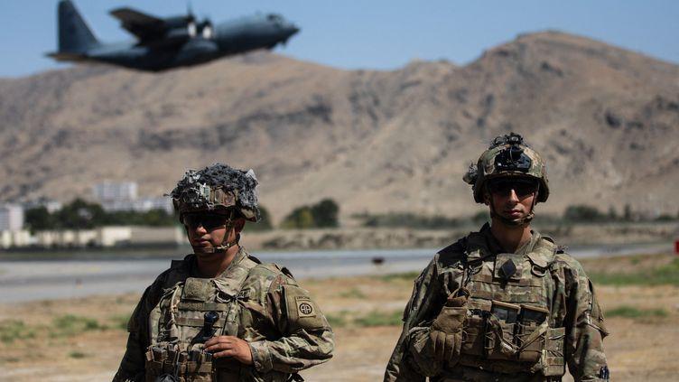 Des soldats américains du 18e corps aéroporté montent la garde à l'aéroport international de Kaboul (Afghanistan), le 27 août 2021. (EYEPRESS NEWS / AFP)