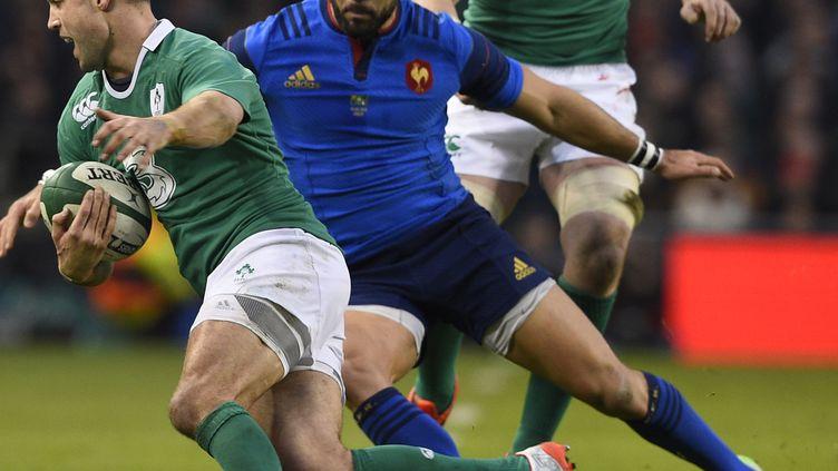 L'Irlandais Conor Murray tente de se défaire de la défense française, lors du match Irlande-France, le 14 février 2015 à Dublin. (FRANCK FIFE / AFP)