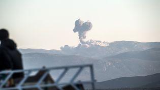 Un panache de fumée après une frappe aérienne de l'armée turque visant une position du YPG, une milice kurde, dans la région d'Afrine, dans le nord de la Syrie, le 20 janvier 2018. (BULENT KILIC / AFP)