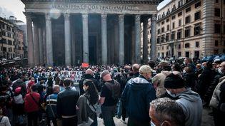 Des salariés de gymnases, piscines, centres sportifs et écoles de danse protestent devant le Panthéon à Rome (Italie) contre les dernières restrictions imposées par le gouvernement pour freiner le Covid-19, le 27 octobre 2020. (ANDREA RONCHINI, RONCHINI / NURPHOTO / AFP)