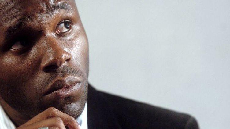 Le militant controversé de la cause noire Kémi Séba donne une conférence de presse à Paris,le 9 septembre 2006. (JEAN AYISSI / AFP)