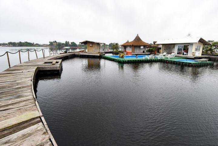Autre vue de la station balnéaire installée sur une île artificielle dans la lagune Ebrie à Abidjan, le 6 août 2019. (ISSOUF SANOGO / AFP)