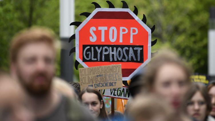 Des militants manifestent contre le glyphosate, à Bonn (Allemagne), le 26 avril 2019. (INA FASSBENDER / AFP)
