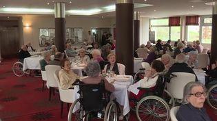 Face au spectre d'une épidémie de Covid-19 à grande échelle, dans les maisons de retraite, les personnels s'affairent déjà à prévenir les contaminations des personnes âgées. (FRANCE 2)