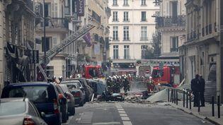 Des pompiers en intervention sur la rue de Trévise, où a eu lieu l'explosion de gaz. (GEOFFROY VAN DER HASSELT / AFP)