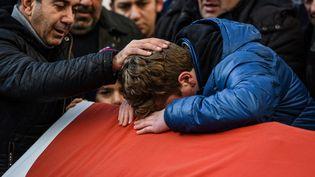 Des proches d'une victime de l'attaque dans une discothèque d'Istanbul (Turquie) pendant le réveillon du Nouvel An assistent à son enterrement, le 1er janvier 2017. (OZAN KOSE / AFP)