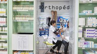 Une pharmacienne vaccine une cliente contre la grippe, le 16 octobre 2017. Image d'illustration. (BIENAIME / BSIP)