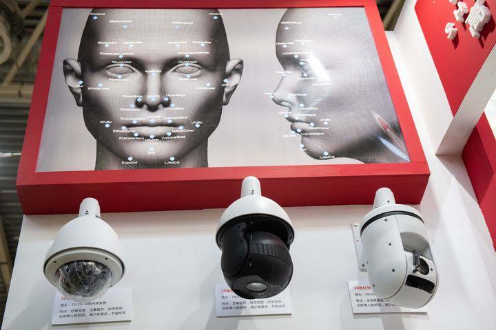 Des caméras de sécurité utilisant la reconnaissance faciale sont présentées à l'Exposition internationale sur la sécurité publique à Pékin (Chine), en octobre 2018. (NICOLAS ASFOURI / AFP)