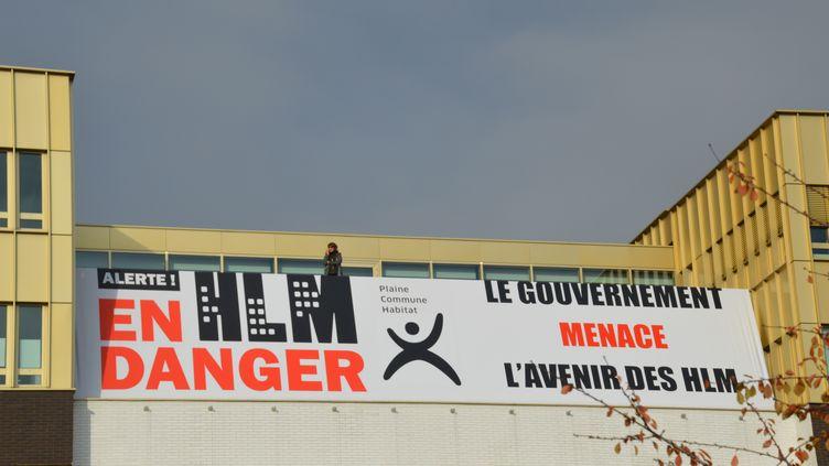 Une affiche lors d'une manifestation contre la baisse des APL couplée à une baisse des loyers dans les logements sociaux, le 15 novembre 2017 à Saint-Denis (Seine-Saint-Denis). (ALPHACIT NEWIM / CITIZENSIDE / AFP)