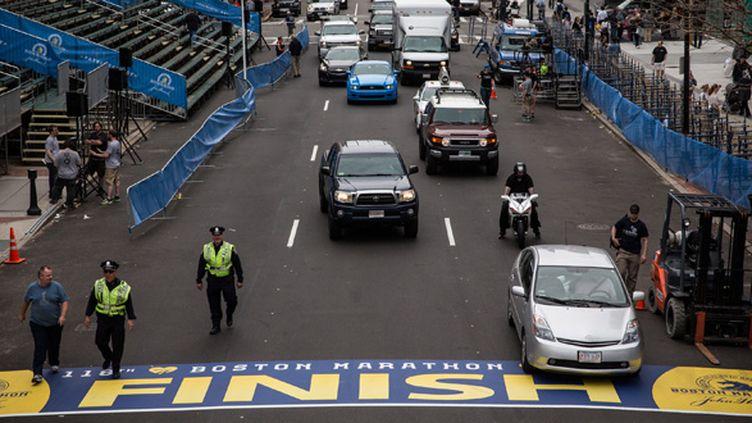 Les policiers surveillent la ligne d'arrivée du marathon de Boston (ANDREW BURTON / GETTY IMAGES NORTH AMERICA)