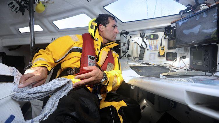 """Le skipper Alessandro di Benedetto teste ses équipements de """"Team Plastique"""" el 27 Octobre 2012 aux Sables d'Olonne (JEAN-SEBASTIEN EVRARD / AFP)"""