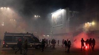 Des affrontements entre policiers et manifestants opposés aux mesures de restrictions des libertés publiques, à Rome en Italie, le 27 octobre 2020. (TIZIANA FABI / AFP)