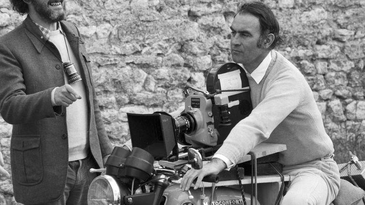 Le cascadeur Rémy Julienne sur une moto équipé d'une caméra lors du doublage d'une scène du film 'La Gifle' à Senlis le 11 juin 1974, France. (MICHEL ARTAULT / GAMMA-RAPHO)