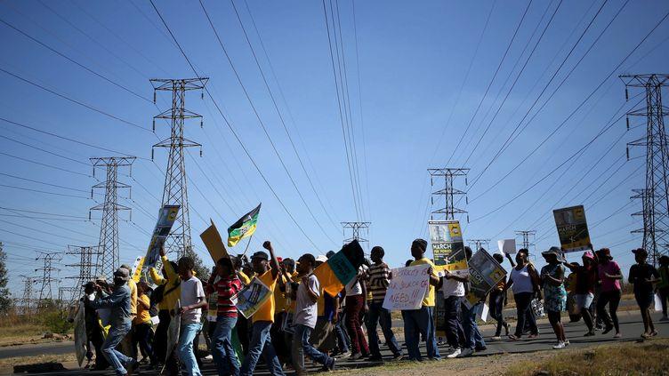 Marche des habitants de Soweto contre la hausse des prix de l'électricité fixés par l'entreprise d'Etat Eskom la rendant inabordable pour beaucoup d'entre eux. Photo prise en mai 2015. (SIPHIWE SIBEKO / X90069)