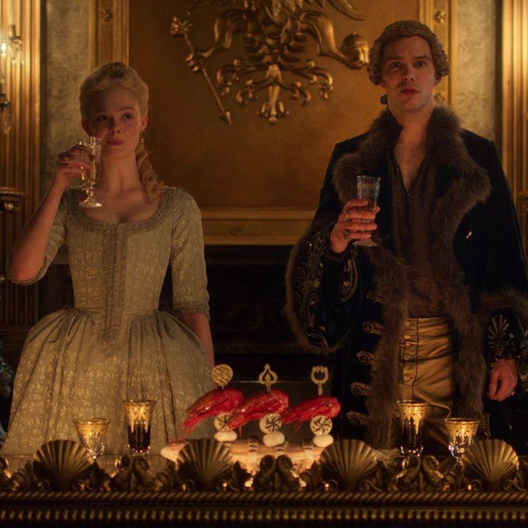 """Elle Fanning et Nicholas Hoult dans la série """"The Great"""". (HULU)"""