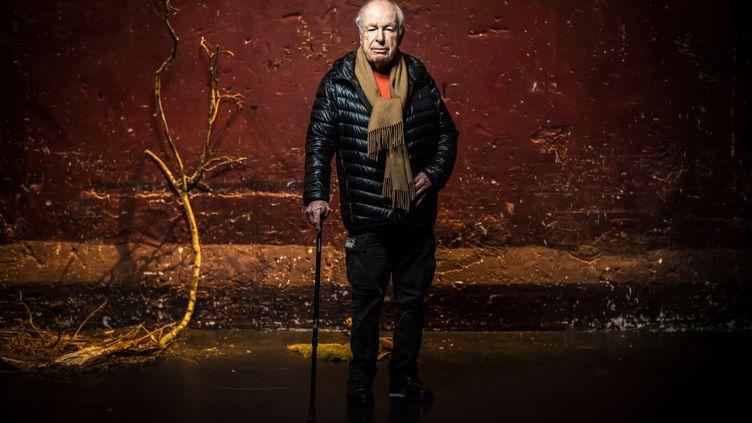 """Peter Brook en 2018 sur,la scène des Bouffes du Nord lors de la pièce""""The Prisoner"""" écrite et dirigée par PeterBrook et Marie-Helen Estienne (LIONEL BONAVENTURE / AFP)"""