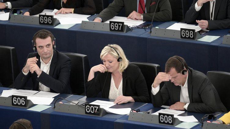 De gauche à droite, les eurodéputés FN Louis Aliot, Marine Le Pen et Florian Philippot, le 19 mai 2015 au Parlement européen, à Strasbourg (Bas-Rhin). (FREDERICK FLORIN / AFP)