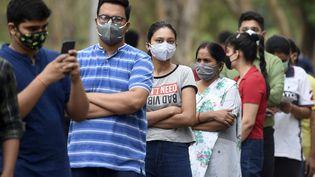 Des personnes attendent pour être vaccinées contre le Covid-19 dans la ville d'Allahabad, en Inde, le 3 mai 2021. (SANJAY KANOJIA / AFP)