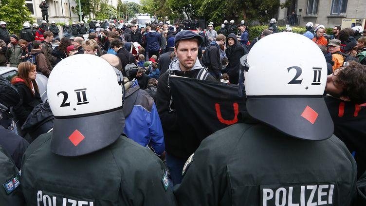Des policiers font face aux manifestants anti-austérité à Francfort (Allemagne), vendredi 19 mai 2012. (KAI PFAFFENBACH / REUTERS)