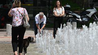Des Lyonnais se rafraichissent à cause de la canicule, le 24 juin 2019. (PHILIPPE DESMAZES / AFP)