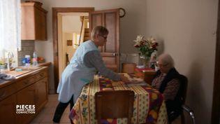 """CAPTURE D'ÉCRAN """"PIÈCES A CONVICTION"""" / FRANCE 3.Aide à domicile : """"Bousculer une personne âgée lorsqu'elle mange, ce n'est pas normal"""" (CAPTURE D'ÉCRAN """"PIÈCES A CONVICTION"""" / FRANCE 3)"""