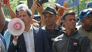 Le président autoproclamé du Venezuela Juan Guaido (à gauche), mardi 30 avril 2019 à Caracas. (FEDERICO PARRA / AFP)