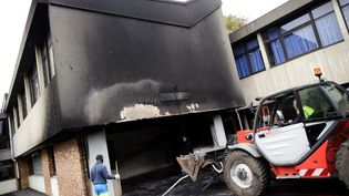 L'école Jean Macé à Corbeil-Essonnes (Essonne), touchée par un incendie dans la nuit du 5 au 6 octobre 2014. (LIONEL BONAVENTURE / AFP)