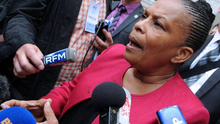 La ministre de la Justice Christiane Taubira parle aux journalistes devant le centre de détention d'Agen, le 12 septembre 2013. (MEHDI FEDOUACH / AFP)
