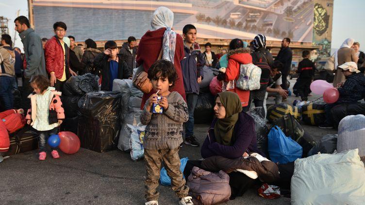 """Des demandeurs d'asile arrivés sur les îles Lesvos et Chios arrivent sur le ferry """"Diagoras"""" pour être transportés au port du Pirée (Grèce), le 12 novembre 2019. (NICOLAS KOUTSOKOSTAS / NURPHOTO / AFP)"""