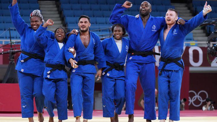 Les judokas français ont été sacrés champions olympiques de la toute première épreuve par équipes mixtes à Tokyo, le 31 juillet 2021. (ATSUSHI TAKETAZU /  AFP)