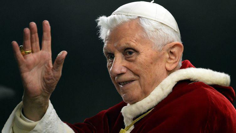 Le pape Benoît XVI salue la foule lors de la rencontre européenne de la communauté de Taizé, place Saint-Pierre (Vatican), le 29 décembre 2012. (ALBERTO PIZZOLI / AFP)