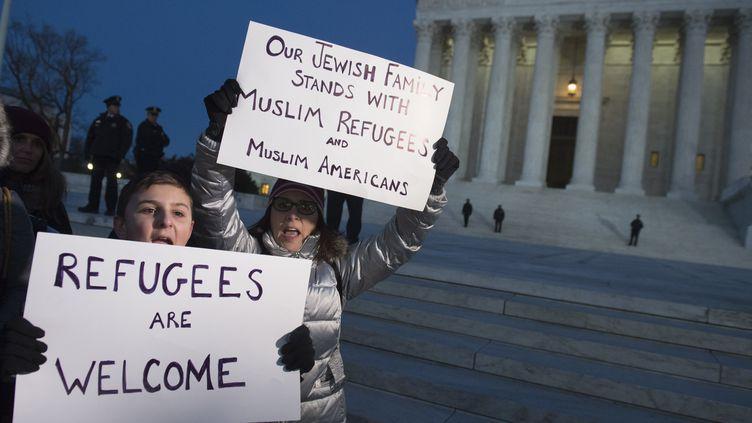 Des manifestants protestent contre le décret anti-immigration de Donald Trump, le 30 janvier 2017, devant la Cour suprême de Washington (Etats-Unis). (SAUL LOEB / AFP)
