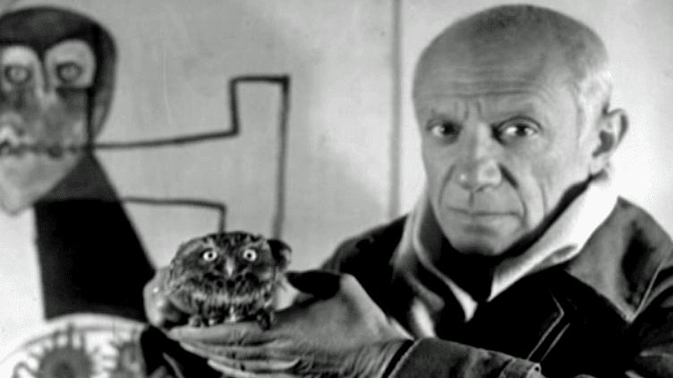 Picasso et la chouette Ubu dans l'atelier de l'artiste à Vallauris.  (Capture d'écran France 3)