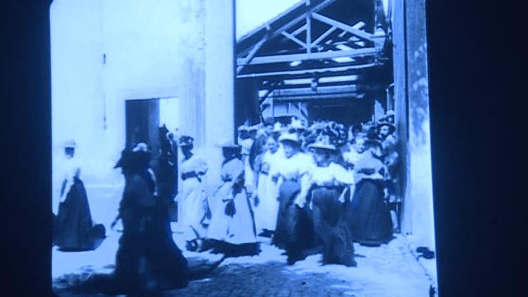 """Image saisie lors de la projection de """"La sortie de l'usines Lumière à Lyon""""  (France 3 Culturebox Capture d'écran)"""