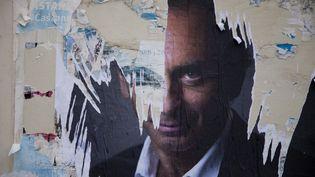 Les restes d'une affiche en faveur de la candidature d'Eric Zemmour à la présidentielle 2022, le 4 octobre 2021, à Briançon (Hautes-Alpes). (THIBAUT DURAND / HANS LUCAS / AFP)