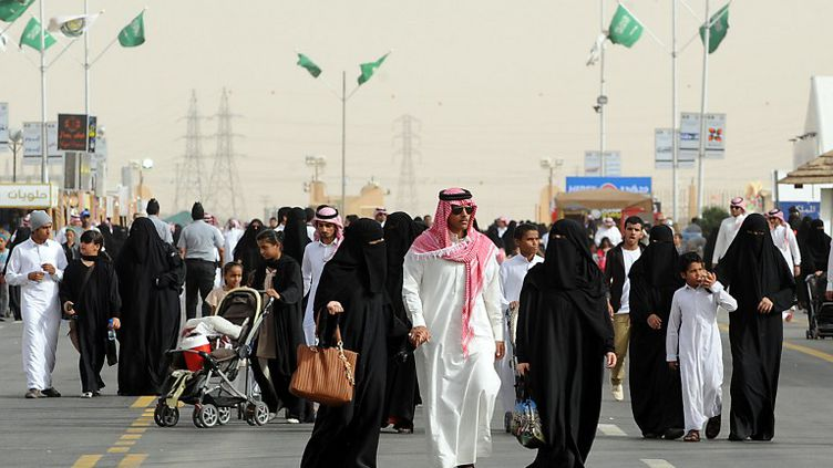 Des Saoudiens se rendent à un festival à Al-Thamama (Arabie saoudite), le 10 avril 2013. (FAYEZ NURELDINE / AFP)