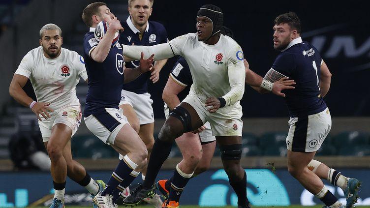 Russell tente d'échapper à Itoje lors d'Angleterre-Ecosse le 6 février 2021 à Twickenham (ADRIAN DENNIS / AFP)