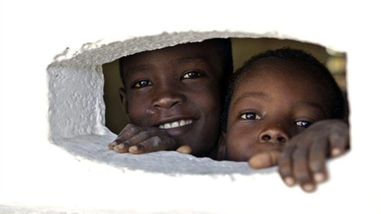 Des enfants haïtiens dans une école de la banlieue ouest de Port-au-Prince, le 12 septembre 2010 (AFP PHOTO / PATRICE COPPEE)